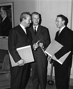 Uwe Johnson (w środku) podczas wręczenia Nagrody im. Fontane 1960