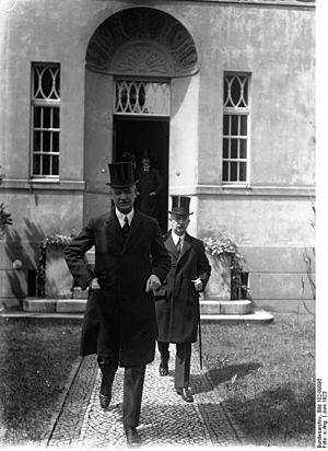 Hans von Rosenberg - Frederic von Rosenberg behind chancellor Wilhelm Cuno in June 1923