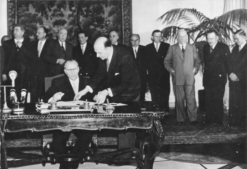 Bundesarchiv Bild 183-30562-0001, Warschauer Konferenz, Grotewohl unterzeichnet