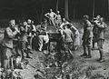 Burger- en militaire deelnemers rusten uit aan de voet van de Sint Jansberg op d – F40812 – KNBLO.jpg