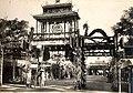 Cờ long tinh tại lễ Tứ tuần Đại khánh của Hoàng đế Khải Định (1924) , lối cổng giả.jpg
