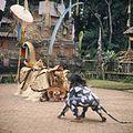 COLLECTIE TROPENMUSEUM Barong dansvoorstelling TMnr 20018478.jpg