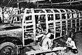 COLLECTIE TROPENMUSEUM Indonesche en Chinese handwerklui werken aan een auto Semarang TMnr 10014336.jpg
