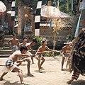 COLLECTIE TROPENMUSEUM Krisdansers met Rangda tijdens een Barong dansvoorstelling TMnr 20018470.jpg