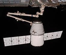 Dragon viene agganciata alla ISS dal braccio robotico Canadarm2 (COTS Demo Flight 2+, maggio 2012).