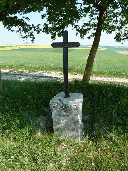 """La CROIX MAULVAU (ou Croix-Molveau ou Croix Maulvaux) est un point culminant sur la RD 994 (ancienne Voie romaine Reims-Metz), entre le carrefour vers Somme-Yèvre et le carrefour vers Noirlieu et Contault. Latitude:  N 48°55'55"""" Longitude: E 4°46'13"""" Altitude: 230 m, offre une vue panoramique à 360°  L'inscription """"CROIX MAULVAU"""" est gravée dans la pierre sur la face opposée à la route."""