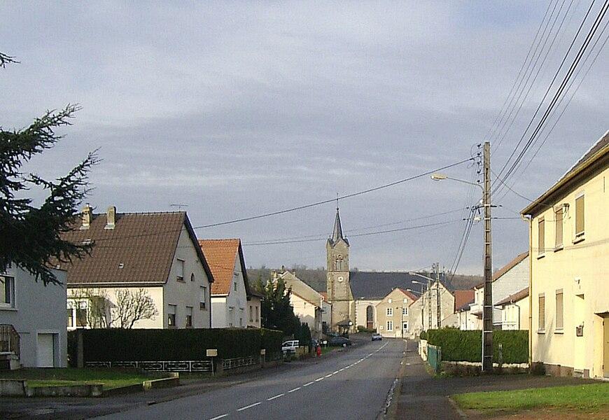 Rue de la Libération et l'église Saint-Gengoulf à Cappel