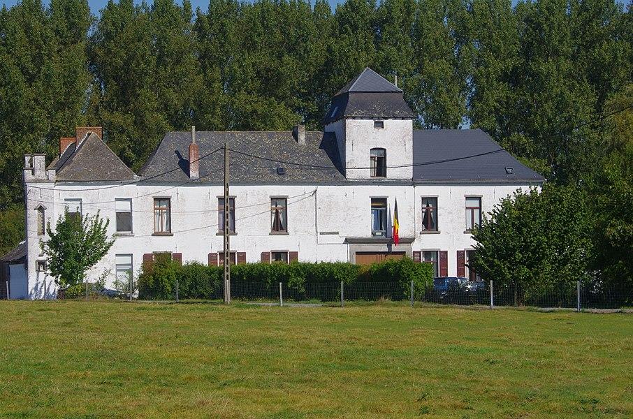 Château blanc, rue de Masnuy-Saint-Jean, n° 26 (façades et toitures), à savoir:le logis, la tour colombier qui en émerge, l'aile en retour du côté ouest, les annexes (à l'exception de la fenêtre latérale de l'appentis est), la grange et annexe basse qui la contrebute du côté sud (M); ensemble formé par la cour, la drève d'accès, l'étang en forme de L et son pont ancien, la prairie et le jardin emmuraillé (S)