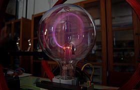 En stråle af elektroner afbøjes i en cirkel af et magnetfelt