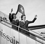 DC-4-1009 A, HB-ILA mit Hostessen Pia Goth und Hedwig Hofmann in Genf 1946.jpg