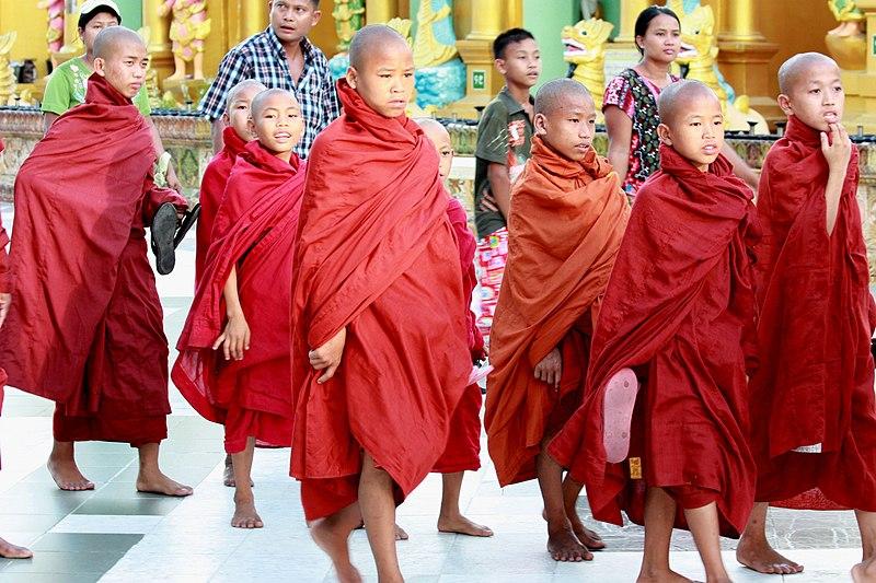 Bestand:DSC00012 Burma Yangon Shwédagon Temple Novices Monk (7506307376).jpg