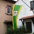 Das Wappen auf der Nationalflagge von Kindenheim verweist auf den Ortsnamen. - panoramio.jpg