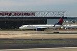 Delta N399DA Boeing 737-800 (38701190604).jpg