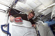 L'astronauta Kenneth Cockrell, comandante della missione STS-98, emerge dietro un rack all'interno del modulo Destiny