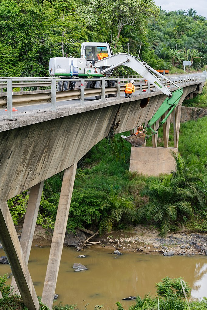 682px-District-Kunak_Sabah_Maintenance-work-at-Sungai-Tingkayu-Bridge-02.jpg