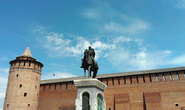 Памятник Дмитрию Донскому перед Маринкиной башней Коломенского Кремля