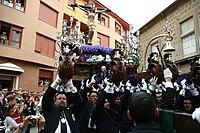 Elevando al cristo de la Expiración en Linares (Jaén)
