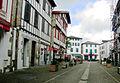 Espelette - Rue avec maisons à colombages rouge et vert.JPG