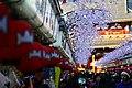 Feira a caminho do templo com lanternas gigantes... (7107926655).jpg