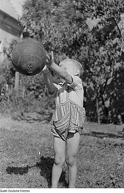 Fotothek df roe-neg 0003055 001 Ein Kind mit einem Ball