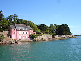 The pink house, with the entrance to the Vannes River