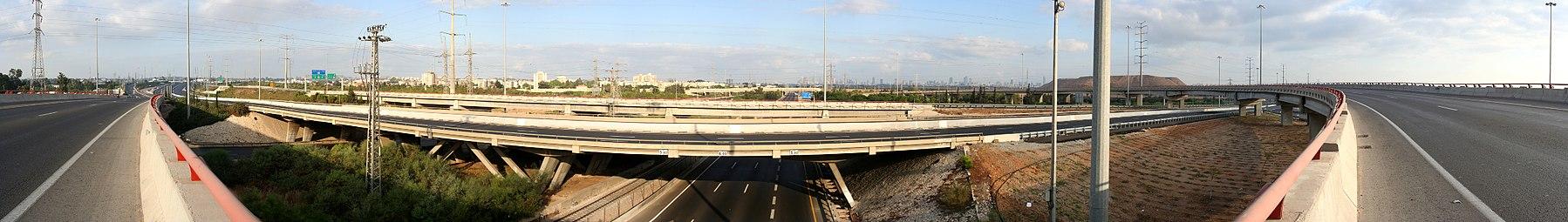 פנורמה של מחלף גנות הריק ממכוניות בבוקר יום כיפור 2007. כביש 4 חולף על הגשר לרוחב התמונה
