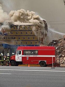 Автомобиль-база газодымозащитной службы <br/>(на профессиональном сленге «газовка»)<br/> на пожаре на Смоленской площади (Москва)<br/> 11 мая 2009 года