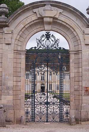 Auberive - Image: Gate to the Chateau
