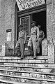 Generaal Kruls verlaat het Stafkwartier van de W-Brigade, Bestanddeelnr 4184.jpg
