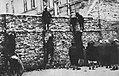 Getto warszawskie Dzieci przechodzące przez mur getta 1941.jpg