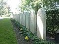 Graven bij het Militair ereveld Grebbeberg - panoramio.jpg