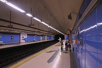 Guzmán el Bueno (Madrid Metro) - Line 6 platforms at Guzmán el Bueno showing the sword tilework motif