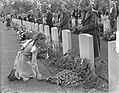 Herdenking Oosterbeek kinderen leggen bloemen, Bestanddeelnr 905-9613.jpg
