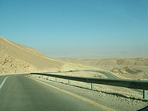 Highway 40 (Israel) - Descending the northern ridge of the Ramon Crater