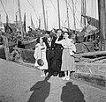 Hildegard van de Poll-Eschen en Etty Doeve in Marken met twee vissers, Bestanddeelnr 254-2202.jpg