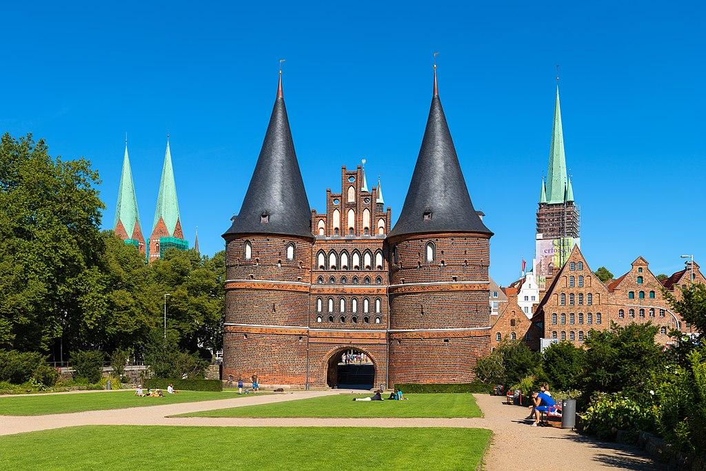 Holstentor (Feldseite); im Hintergrund Salzspeicher und St. Petrikirche (2015). Altstadt Lübeck, Weltkulturerbe in Schleswig-Holstein