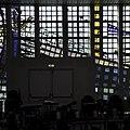 Interieur kerkzaal, deel van glaswand aan de zuidzijde - Heemstede - 20429465 - RCE.jpg