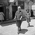 Jeruzalem, de wijk Mea Sharim. Vrouw op vrijdagmorgen i.v.m. de komende sabbat m, Bestanddeelnr 255-0374.jpg