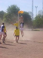 Springen voor de bal tussen ZKV Zaandam en ALO.