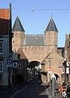 foto van Kamperbinnenpoort: een door twee torens geflankeerde poortdoorgang. Poort grotendeels gereconstrueerd. Het is een naderhand toegevoegd overblijfsel van het 13e-eeuwse poortgebouw