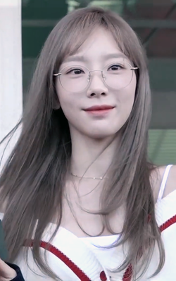 Kim Tae-yeon at Incheon Airport on August 29, 2019.png