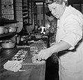 Koks in een productie keuken bereiden grote hoeveelheden smørrebrød, Bestanddeelnr 252-9035.jpg