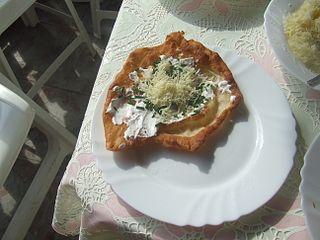 File:Lángos (sajtos, tejfölös, hagymás).jpg - Wikimedia Commons