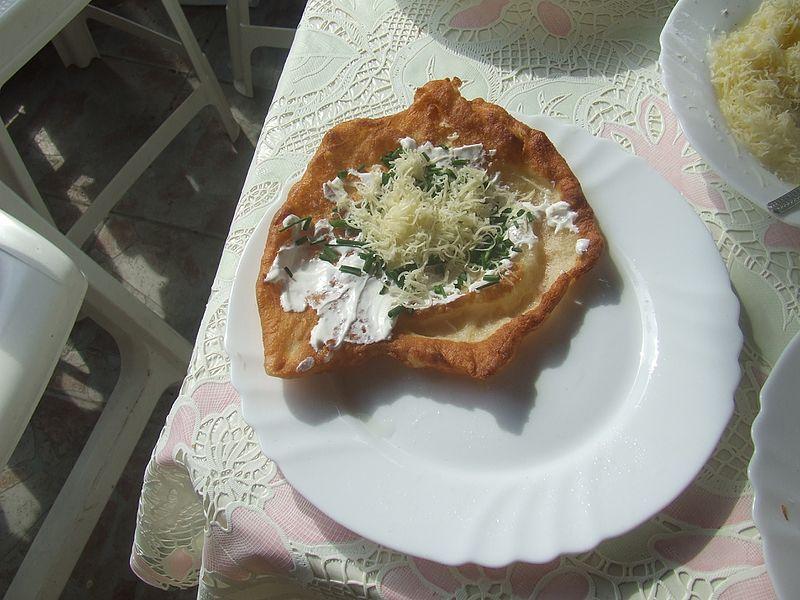 File:Lángos (sajtos, tejfölös, hagymás).jpg
