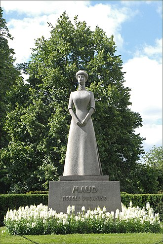 Maud of Wales - Statue of Maud at the Royal Palace, Oslo