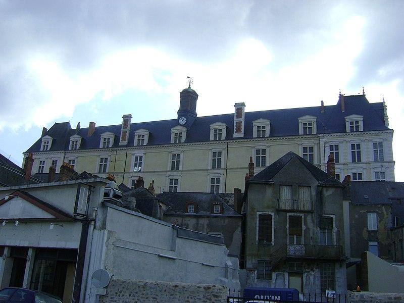 Le Château neuf de Laval, Mayenne. La façade orientale vue des quais de la Mayenne.