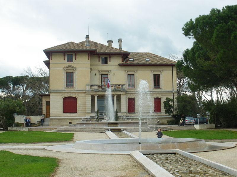 File le pontet mairie jpg wikimedia commons for Hotel avignon piscine