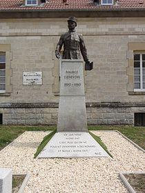Les Éparges (Meuse) Statue-buste Maurice Génevoix.JPG