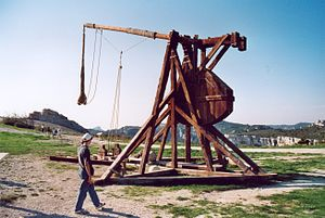 Les Baux-de-Provence - Reproduction of a trebuchet.