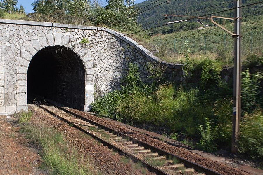 La ligne de la Maurienne, entrée du tunnel de Saint-Julien (PK 213.195 , 425m), en direction de Modane  / commune de  Saint-Julien-Mont-Denis, Savoie, France